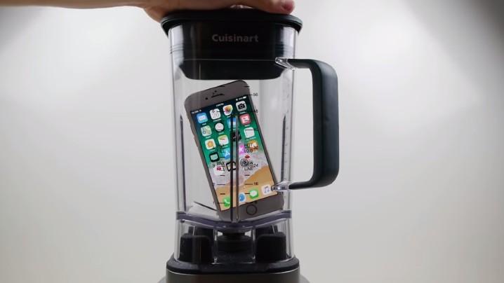 點解要咁做?將 iPhone 8、Galaxy S8 放入攪拌機