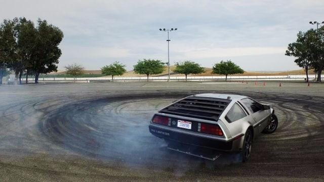 好過癮!回到未來時光機變自動駕駛甩尾車