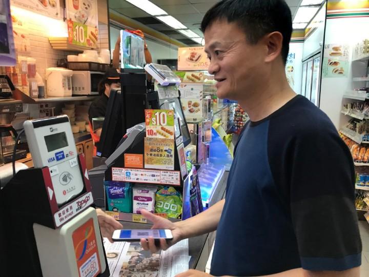 銅鑼灣 7 仔用支付寶買報紙,網民:想知道馬雲有幾多餘額