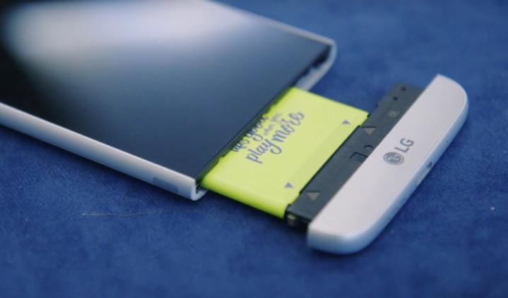 驚嚇式抽拆換電! LG G5 推開機底,模組現場試