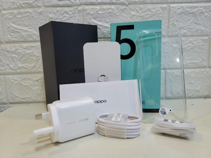 配件一覽:充電器、數據線、保護殼、耳機、說明書