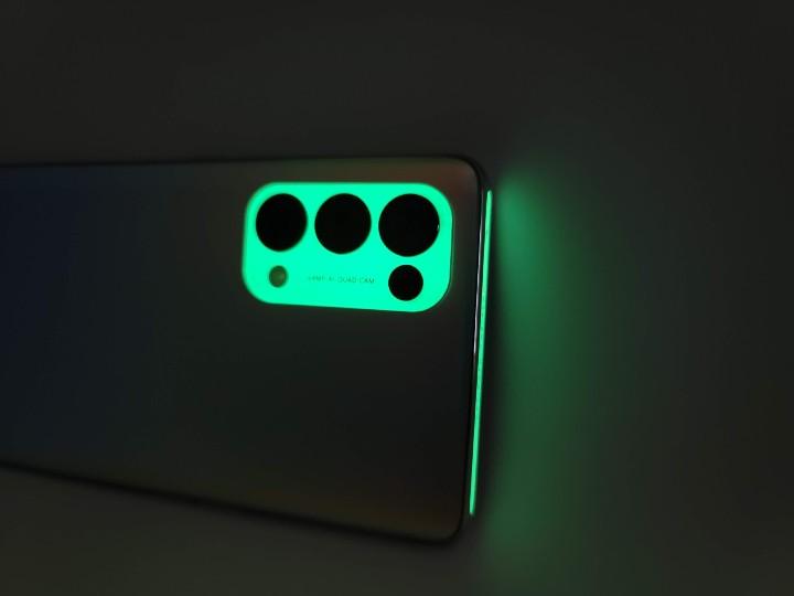 鏡頭模組及手機頂部更可發出夜光