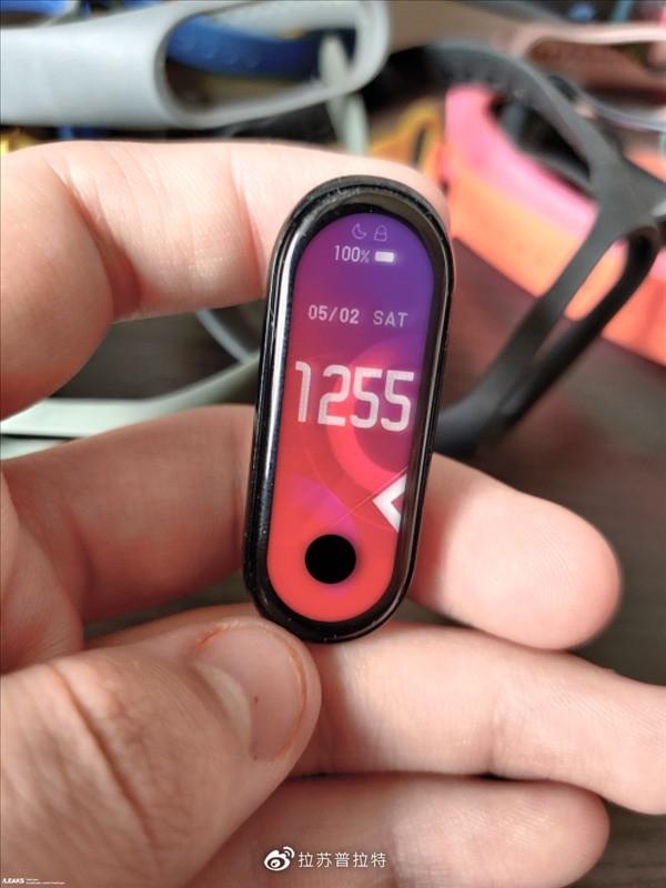 螢幕有開孔、佔比更高!小米手環 5 實機諜照曝光